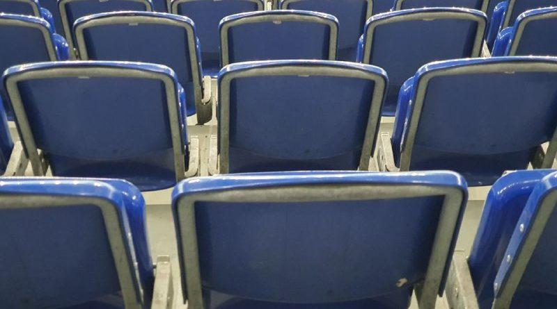 Leere Stuhlreihen im Stadion